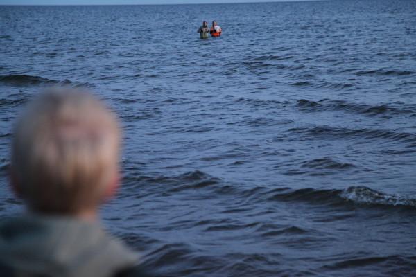 Anton och Linus ute i vattnet