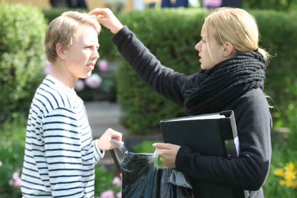 Caroline fixar håret på Alexander