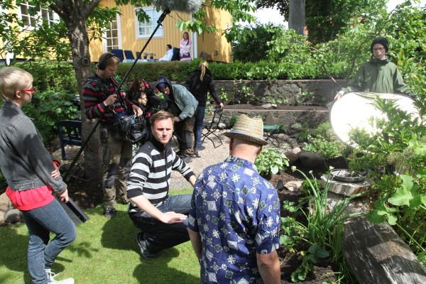 Ronnie regisserar en scen i trädgården