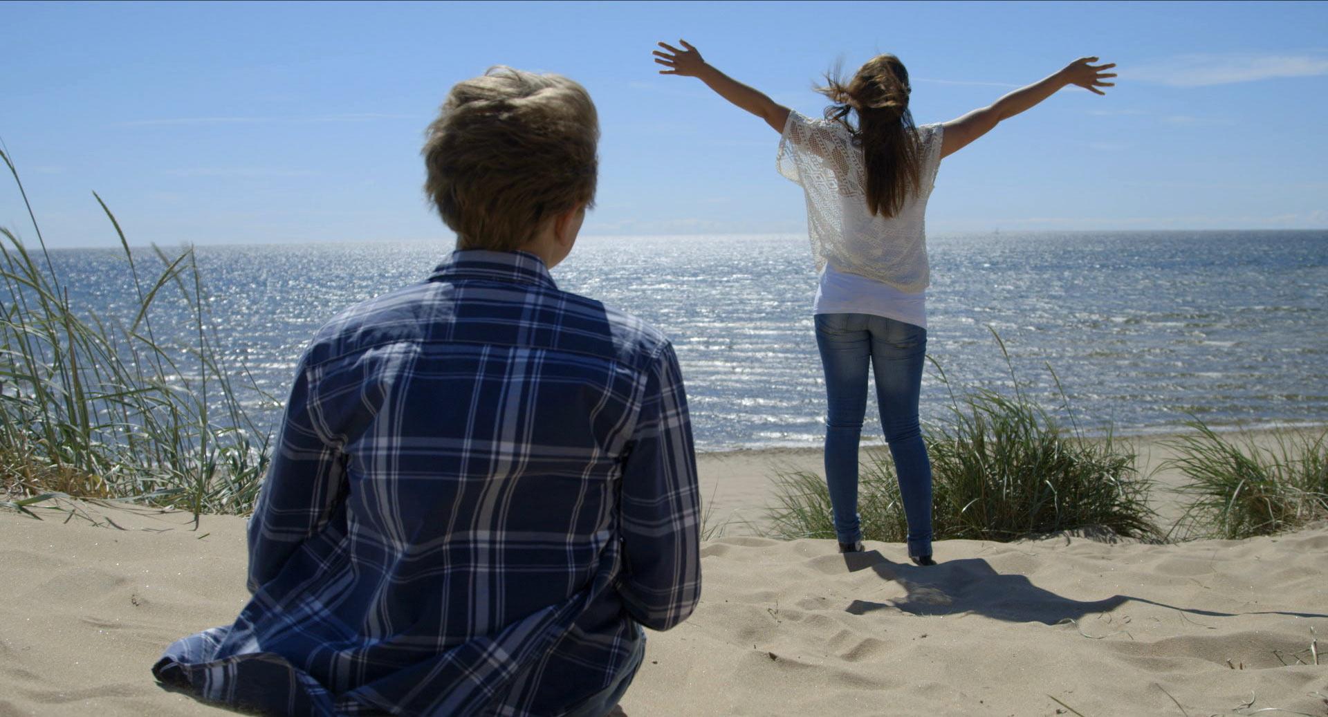 Alexander och Rebecca på stranden i Falkenberg